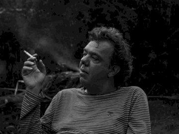 C, Leute - Graustufenfotografie des weißen Rauchens des Mannes.