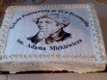torta nevet adva az iskola A. Mickiewicz-nek - egy tortát, amelyet az SP15 iskola elnevezésének alkalmával készítettek Przemyślben