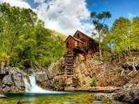 Alte Mühle auf dem Fluss in den Bergen Puzzle