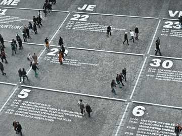 emberek séta az úton nappali idő alatt - A Pompidou központ naptára. A Pompidou Központ, Párizs, Franciaország