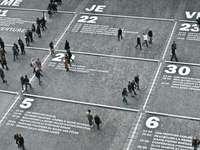 mensen lopen op de weg overdag