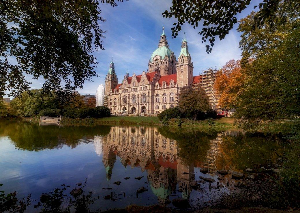 Panorama mit Reflexion im Wasser - Neues Rathaus in Hannover (15×15)