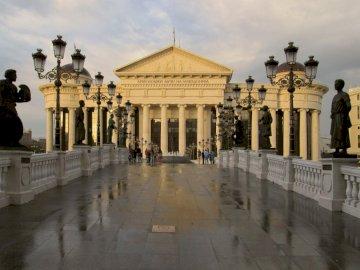 Osvětlená budova - Skopje, hlavní město Makedonie