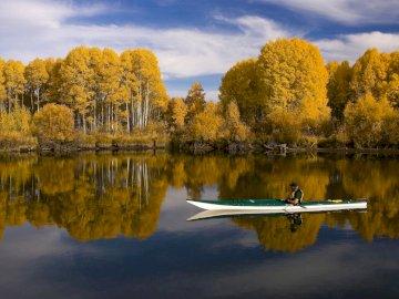 Jesienny krajobraz - krajobraz z kajakiem na jeziorze