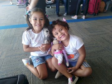Maite y su hermana - con mi hermana esperando el avión