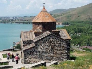 Armenia - Monastyry - Średniowieczy Monastyr nad Jeziorem Sevan