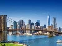 Brooklyn-Brücke über dem Fluss, Manhattan