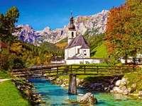 Église sur la rivière et le pont dans les montagnes
