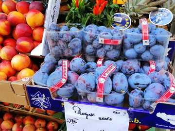en un puesto en el mercado - φρούτα, δαμάσκηνα, νεκταρίνια