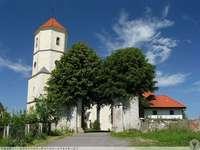 Kirche - Kirche und blauer Himmel. Weg zur Kirche. Kirche mit Eingangstor. Straße zur Kirche mit einem Tor.