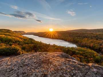 fotografia wschodu słońca - Przez cierpliwość przychodzi światło. Lake of the Clouds, Carp Lake Township, MI, USA