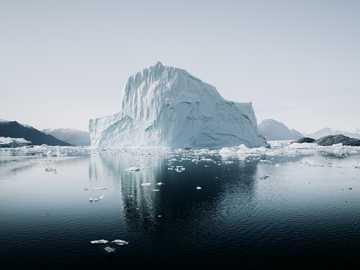 lodowa góra obok rzeki - Odbita góra lodowa Arktyki. Grenlandia