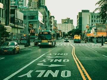 New York Urban - samochody na drodze w mieście w ciągu dnia. Nowy Jork, NY, USA