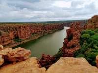 rivier in de buurt van rotsformaties