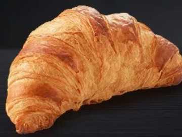 französisches Brot - Croissant auf schwarzem Hintergrund