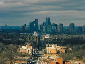 Lente / Lente: Super Takumar 135mm f2.8 - edificios de la ciudad bajo el cielo azul durante el día. Toronto, ON, Canadá
