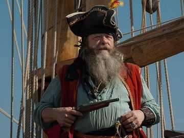 PIRATENKAPITÄN - Kapitän eines Piratenschiffes mit einer Waffe und auf seinem Schiff
