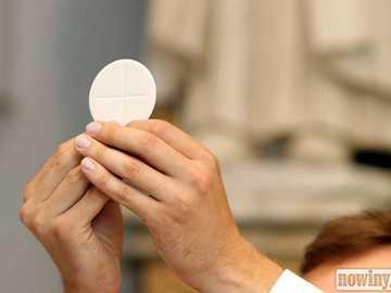 Feier der Erstkommunion - Der Herr Jesus kommt in Form eines weißen Heeres zu uns