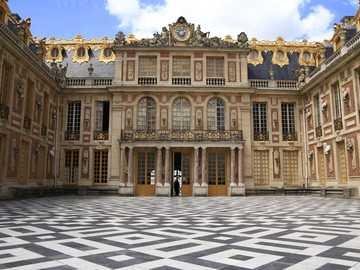 Cour - devant l'entrée du château de Versailles p