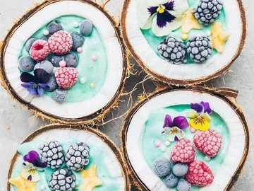 Tropikalny deserek - Tropikalny deser serwowany w łupinie kokosa