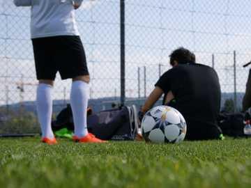 trening piłka nożna gra po mieście #football_training #fussball - mężczyzna w czarnej koszulce i białych spodenkach, grając w piłkę nożną w ciągu dnia. Züri
