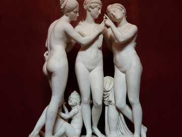 nagie posągi - Trzy gracje i amorek autorstwa Bertela Thorvaldsena. Muzeum Thorvaldsena, Kopenhaga, Dania