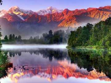 Jezioro W Otoczeniu Gór i Lasu, Mgła - Jezioro I Góry ,Park Narodowy ,Nowa Zelandia.