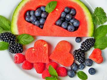 Obst - Gesundheit auf einem Teller - Früchte auf attraktive Weise serviert