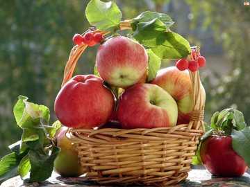 Apetyczny koszyczek - Ένα υπέροχο καλάθι με μήλα και κόκκινες σταφίδες