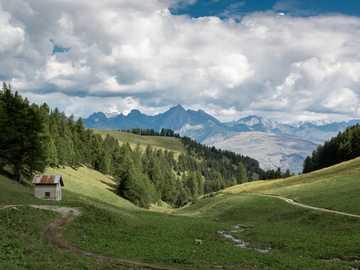dom na wzgórzach - Gdzieś w Alpach Francuskich. La Plagne, Francja