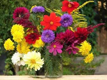 Ein Strauß bunter Blumen - Blumenstrauß der bunten Blumen in einer Vase