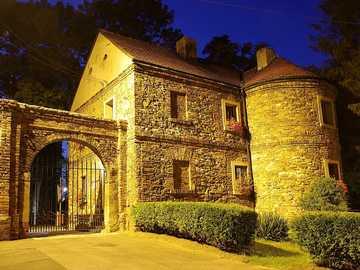 Castillo gótico - castillo de piedra en la luz del atardecer