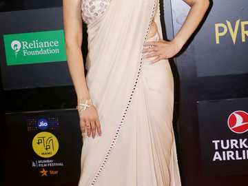Genelia Deshmukh - Genelia w sari na gali