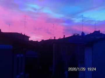 noite pôr do sol foto tirada em modena - é uma foto tirada em Modena do pôr do sol à noite com uma polaroid