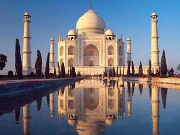 Taj Mahal - Un inmenso mausoleo de mármol blanco, construido en Agra entre 1631 y 1648 por orden del emperador