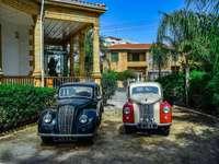 vielles voitures - vieilles voitures dans l'allée