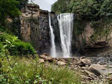 Salto Barão do Rio Branco - wodospady pod pochmurnym niebem w ciągu dnia. Salto Barão do Rio Branco, Prudentópolis - PR, Braz