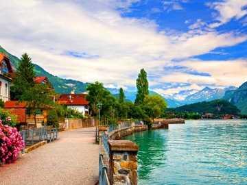 Promenada Wzdłuż Jeziora w Górach - Promenada i Domki Nad Jeziorem w Górach, Szwajcaria.