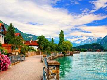 Promenade entlang des Sees in den Bergen - Promenade und Hütten am See in den Bergen, Schweiz.