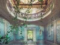Palácio abandonado - Propriedade abandonada - um interior misterioso