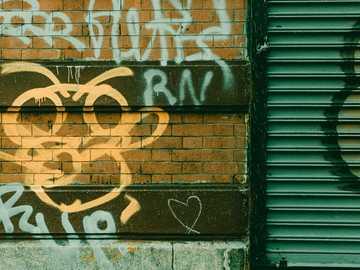 Nueva York urbana - Graffiti en blanco y negro en la pared. Nueva York, NY, EE. UU.