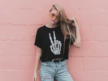 Moda per adolescenti - donna che sta vicino al muro di cemento rosa durante il giorno. Tulsa, Stati Uniti