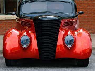 Car @myfunkypixel - czerwony i czarny zabytkowy samochód.