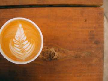 Mesa de café - capuchino en taza de cerámica blanca sobre mesa de madera marrón. Austin, TX, EE. UU.