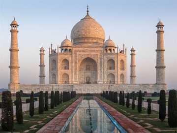 Tadż Mahal - Taj Mahal to mauzoleum znajdujące się w Indiach, w mieście Agra. Symboliczny zabytek tego kraju,