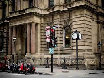Strzał w Montrealu, Quebec. - nisko kątowa fotografia budynku.