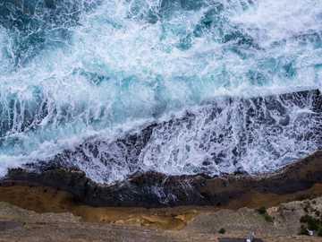 vue aérienne des vagues s'écrasant contre les rochers - peu de temps pluvieux et orageux tout en visitant naples et en visitant le château ovo. Château d&