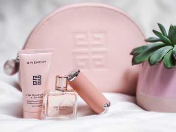 flacon de parfum rose sur pochette en cuir rose - #IrresistibleIsYou par @Givenchy @GivenchyBeauty. ? Parfum irrésistible, rouge à lèvres et pochet