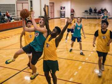 """Gruppe von Menschen, die Basketball spielen - Die Aufnahme, die während der Dreharbeiten zu """"Ich bin der Dritte"""" gemacht wurde. Hundert"""