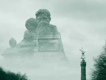 szary męski pomnik - Eksperyment z podwójną ekspozycją. Zeltenplatz, Berlin, Niemcy